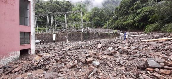 Cận cảnh nhà máy thủy điện bị đất đá vùi trong mưa lũ ảnh 13