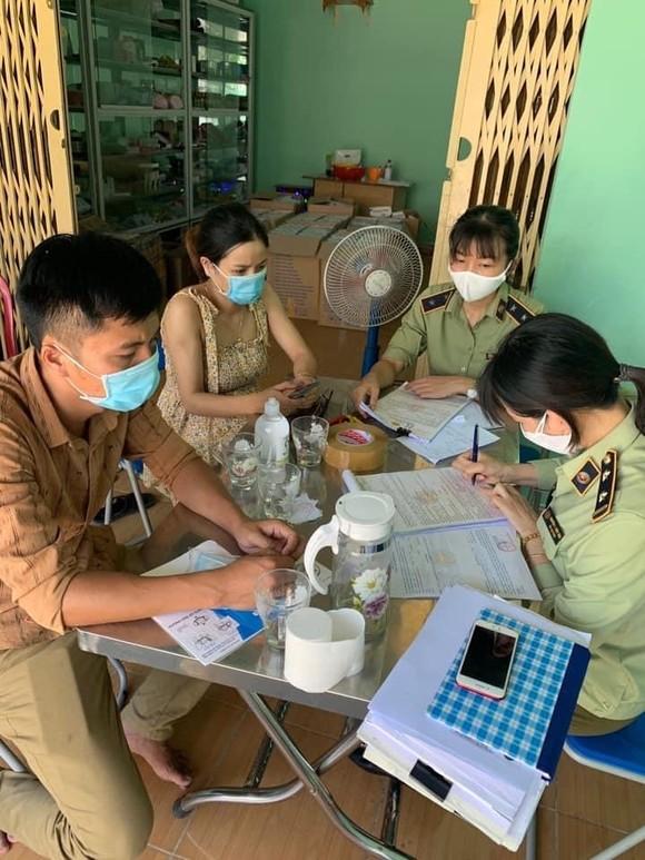 Bắt giữ hàng chục ngàn khẩu trang không có hóa đơn tại Đà Nẵng ảnh 1