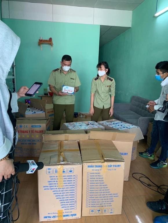 Bắt giữ hàng chục ngàn khẩu trang không có hóa đơn tại Đà Nẵng ảnh 2