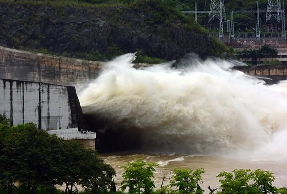 Lệnh hồ thủy điện Hòa Bình mở cửa xả đáy từ 8 giờ sáng mai ảnh 1