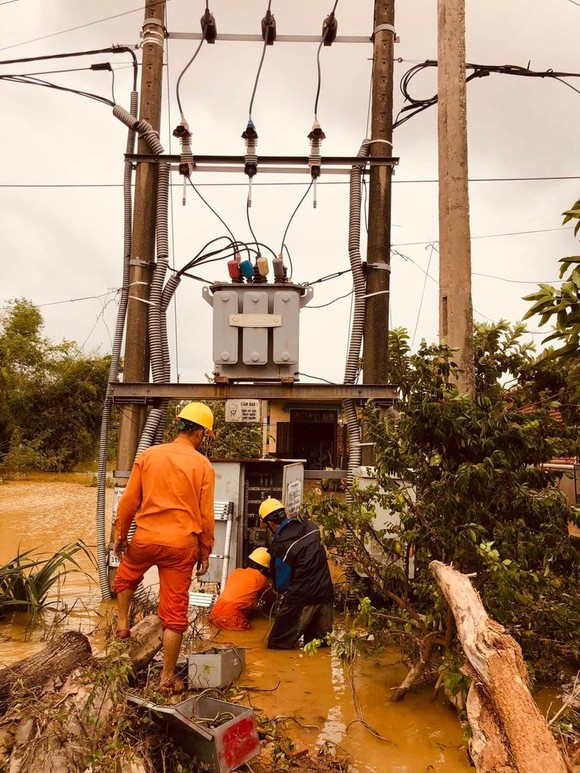 Thủy điện miền Trung tiếp tục xả lũ để đón cơn bão số 8 ảnh 1