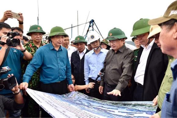 Phó Thủ tướng Trịnh Đình Dũng đang ở tâm bão để chỉ huy ứng phó ảnh 3