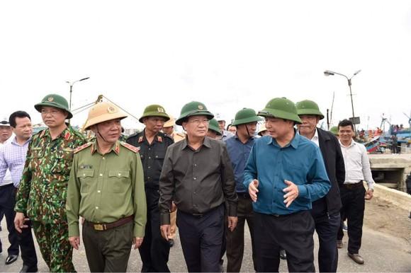 Phó Thủ tướng Trịnh Đình Dũng đang ở tâm bão để chỉ huy ứng phó ảnh 2