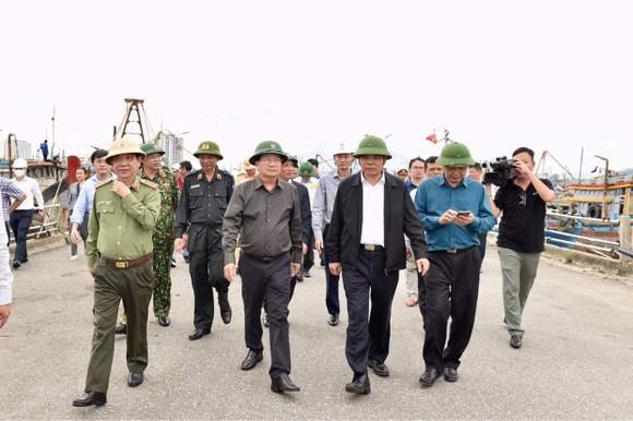 Phó Thủ tướng Trịnh Đình Dũng đang ở tâm bão để chỉ huy ứng phó ảnh 1