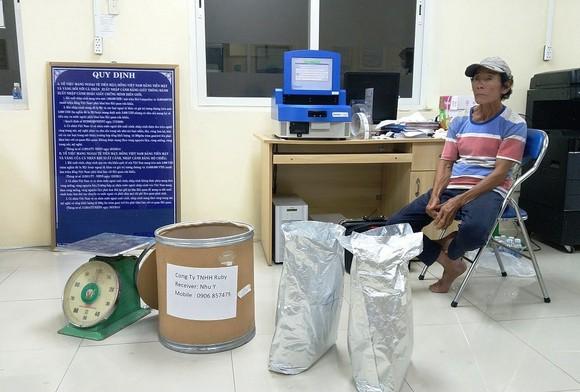 Phát hiện hơn 30 kg ketamin được giấu tinh vi trong thùng hàng qua cửa khẩu Tịnh Biên ảnh 1