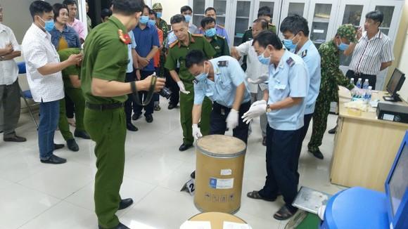 Phát hiện hơn 30 kg ketamin được giấu tinh vi trong thùng hàng qua cửa khẩu Tịnh Biên ảnh 2