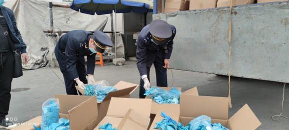 Bị khởi tố vì nhập găng tay đã qua sử dụng từ Trung Quốc ảnh 1
