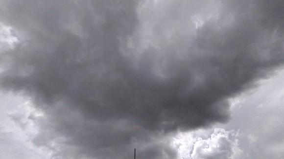 Nắng nóng tạm ngưng, nhường chỗ cho mưa gió  ảnh 1