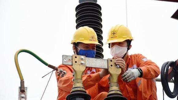 Thợ điện khắc phục sự cố điện do nắng nóng