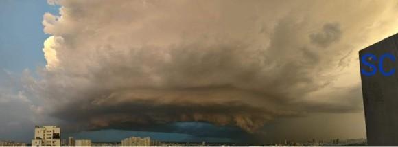 Cơn dông với cột mây lớn bất ngờ kéo tới TPHCM gây mưa lớn vào tối qua 22-8. Ảnh: NGUYỄN QUỐC ANH
