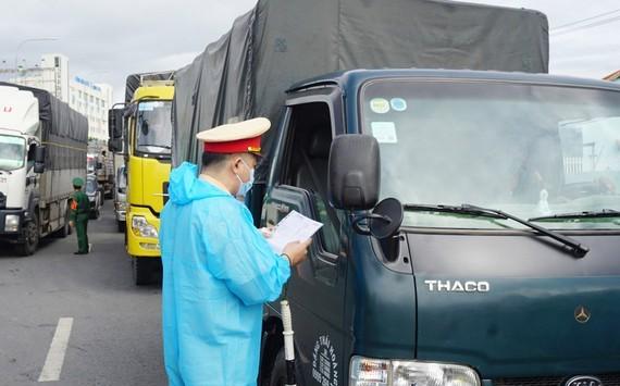 Bộ Công thương lại 'nhắc' Bộ GTVT vì hàng hóa qua các chốt bị làm khó ảnh 1