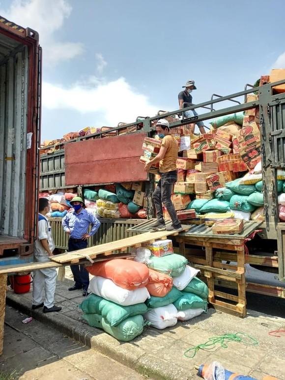 105 tấn rau củ trên chuyến tàu chạy xuyên đêm từ Hà Nội vào TPHCM tặng người dân ảnh 2