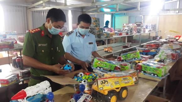 """Đột kích kho đồ chơi trung thu """"khủng"""" nghi có vi phạm ở Nam Định"""