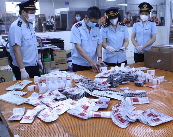Bắt lô hàng hơn 60.000 viên thuốc điều trị Covid-19 ảnh 2