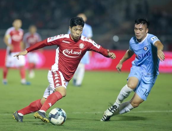 Tiền đạo Nguyễn Công Phượng (trái) trong màu áo CLB TPHCM.