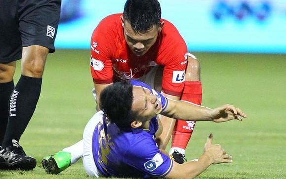 Tiền vệ Hùng Dũng gặp tai nạn kinh khủng trên sân cỏ.