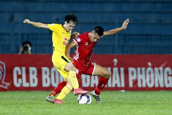 Văn Toàn (trái) đang dẫn dắt HA.GL chơi ấn tượng. Ảnh: MINH HOÀNG
