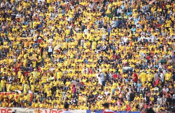 Vì sao sân Qui Nhơn, Thiên Trường đông khán giả? ảnh 2