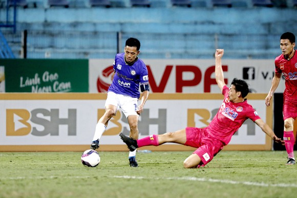 Đội trưởng Văn Quyết (trái) và CLB Hà Nội nỗ lực chạy đua vào tốp 6. Ảnh: MINH HOÀNG