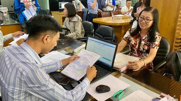 Bà Đào Thị Thư làm thủ tục đăng ký xét tuyển tại Trường ĐH Văn Hiến