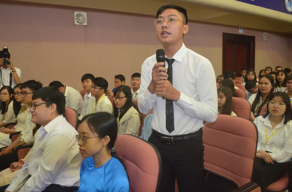 Phó Thủ tướng Vương Đình Huệ nói chuyện với sinh viên về tự chủ đại học ảnh 3