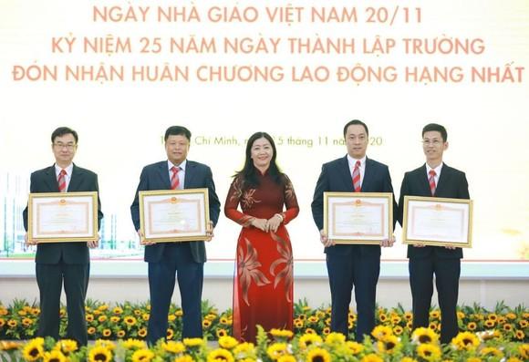 Trường ĐH Công nghệ TPHCM nhận Huân chương Lao động hạng Nhất ảnh 2
