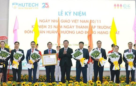 Trường ĐH Công nghệ TPHCM nhận Huân chương Lao động hạng Nhất ảnh 1
