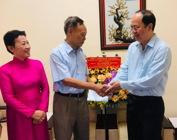 Đồng chí Nguyễn Hồ Hải, Phó Bí thư Thành ủy, Trưởng ban Tổ chức Thành ủy đã đến thăm, chúc mừng PGS-TS Nguyễn Tấn Phát