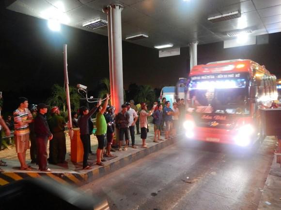 Tài xế và người dân vỗ tay khi Trạm BOT 319 xả trạm.