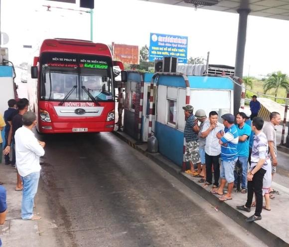 """BOT Sông Phan (Bình Thuận) lại """"thất thủ"""", xả trạm nhưng tài xế không di chuyển ảnh 1"""