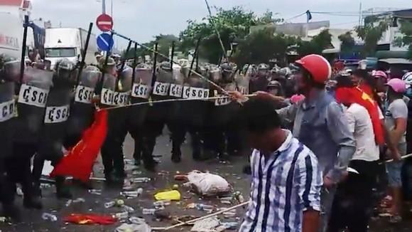Khởi tố vụ án gây rối trật tự công cộng, hủy hoại tài sản và chống người thi hành công vụ ở Bình Thuận ảnh 1