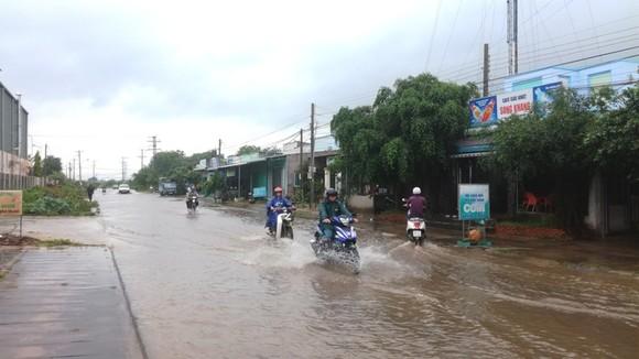 Bức xúc vì cứ mưa là đường biến thành… sông ảnh 4