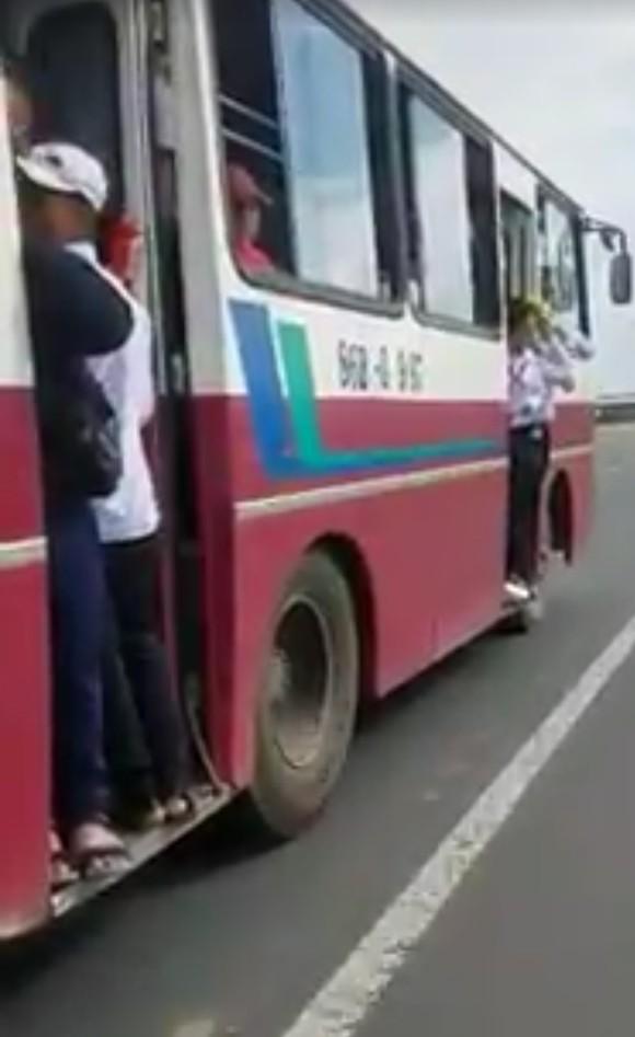 Tài xế để học sinh đu bám trên cửa xe buýt bị tước giấy phép lái xe 2 tháng ảnh 1