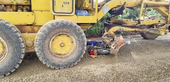 Xe máy bị cuốn vào gầm xe ủi làm đường, bé trai 12 tuổi thiệt mạng ảnh 1