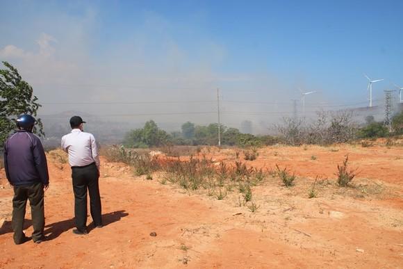 Cháy lớn đe dọa hàng loạt dự án điện gió, Chủ tịch huyện trực tiếp chỉ đạo dập lửa ảnh 5