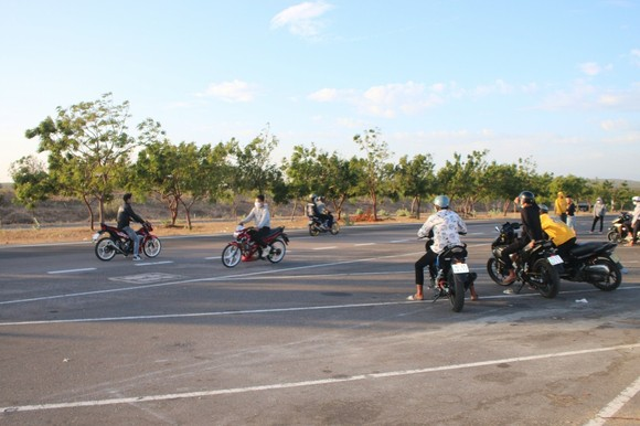 Nhức nhối nạn đua xe trái phép trên cung đường 'tiểu sa mạc' Hòa Thắng - Hòa Phú ảnh 1