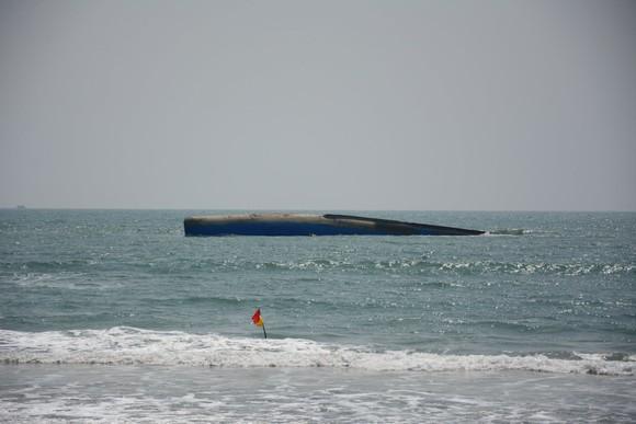 Khẩn trương ứng phó sự cố tràn dầu tại khu vực chìm tàu chở tro nhiệt điện  ảnh 1