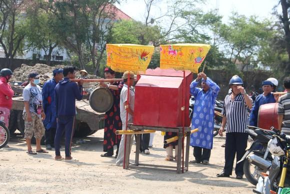 Bình Thuận: Cá voi nặng gần 10 tấn, dài 15m lụy ngoài khơi được đưa vào bờ ảnh 3