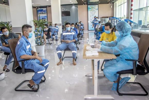 Công ty Nhiệt điện Vĩnh Tân triển khai test nhanh tầm soát dịch Covid-19 ảnh 2