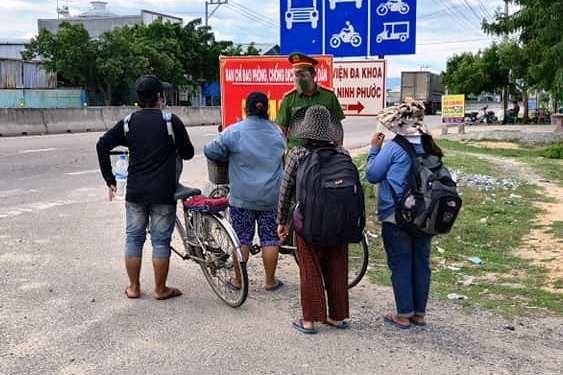 4 mẹ con đi xe đạp từ Đồng Nai về Nghệ An được hỗ trợ vé tàu về quê ảnh 1
