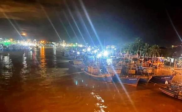 Trắng đêm ứng cứu hàng chục tàu thuyền của ngư dân bị nước lũ cuốn trôi ảnh 2