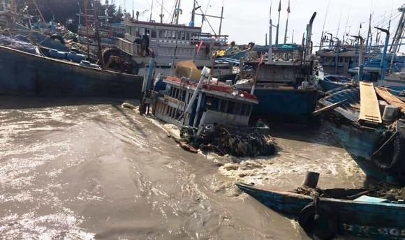Trắng đêm ứng cứu hàng chục tàu thuyền của ngư dân bị nước lũ cuốn trôi ảnh 1