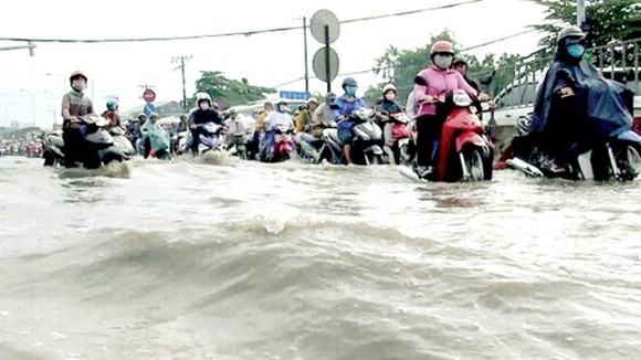 Many streets are heavily flooded after the rain on May 20 (Photo: SGGP)