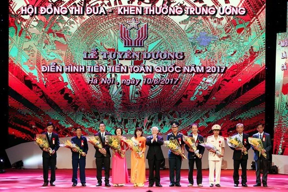 Party General Secretary Nguyen Phu Trong (centre) presents flowers to the exemplars (Photo: VNA)