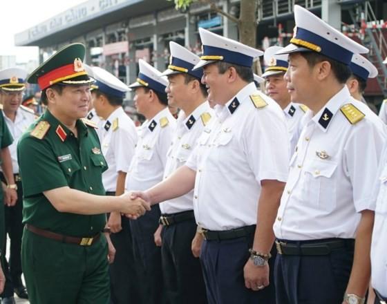 General Ngo Xuan Lich visits officials and soldiers at Saigon Newport Corporation (Photo: SGGP)