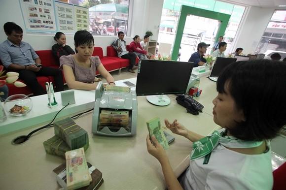Customers make borrowings at a VPBank's office in Khanh Hoa Province. (Photo: VNA/VNS)