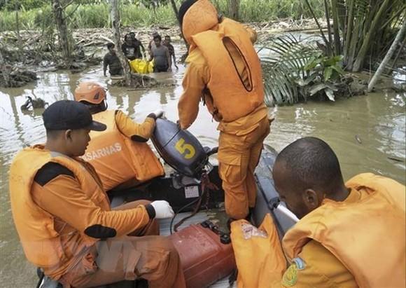 Rescuers help locals after flash flood in Sentani, Indonesia (Photo: Xinhua/VNA)