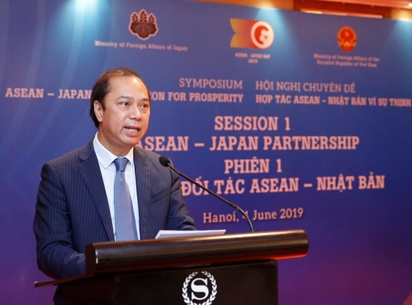 """Vietnamese Deputy Foreign Minister Nguyen Quoc Dung speaks at the symposium themed """"ASEAN-Japan Cooperation for Prosperity"""" in Hanoi on June 4 (Photo: VNA)"""