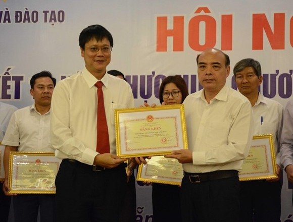 Organisations and 80 individuals receive certificates of merit from the Ministry of Education and Training at the conference (Source: VNA)