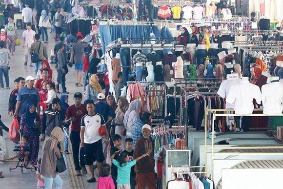 Merchants and buyers pack the Tanah Abang Skybridge that connects the railway station to the famous Tanah Abang textile market in Central Jakarta. (Source: The Jakarta Post)
